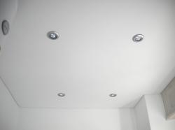 005_abitazione-privata-bagno-eseguito-con-montaggio-di-profilo-in-pvc-invisibile-e-soffitto-teso-bianco-opaco-con-illuminazione-mediante-faretti-derezionabili-in-policar-st