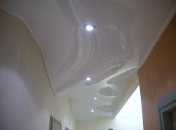 015_abitazione-privata-ingresso-eseguito-con-montaggio-di-profilo-in-pvc-a-cornice-e-soffitto-teso-bianco-laccato