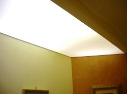 017_abitazione-privata-ingresso-eseguito-con-montaggio-di-profilo-in-pvc-invisibile-e-soffitto-teso-bianco-retroilluminato-con-neon-aosta