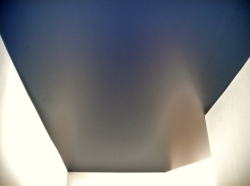 043_ufficio-ingresso-eseguito-con-montaggio-di-profilo-in-pvc-invisibile-e-soffitto-teso-decors-blu-metallizzato-aosta