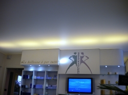 029_centro-estetico-rosanna-salone-eseguito-con-montaggio-di-profilo-in-pvc-invisibile-e-soffitto-teso-bianco-retroilluminato-con-neon-aosta